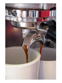 באמצעות פיית מזיגה כפולה ניתן להכין שתי כוסות קפה במקביל