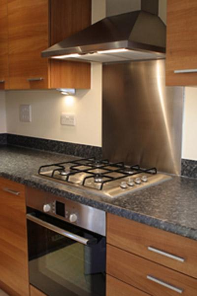 בהתקנה מתחת לשיש התנור חייב להיות מצויד במערכת אוורור חזיתי