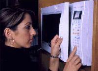 רוב מכשירי המיקרוגל הם בעלי לוח פיקוד דיגיטלי ולחצנים המתוכנתים לסוגי בישול שונים