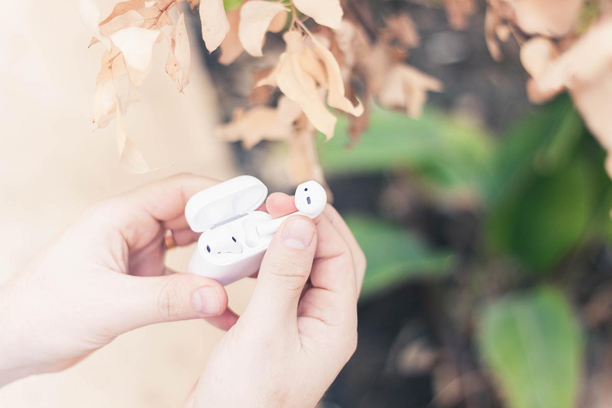 דיווח: אמזון עובדת על אוזניות מתחרות ל-AirPods של אפל