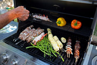 אם בכוונתכם להאכיל מספר גדול של סועדים או להכין סוגי מזון שונים בו זמנית, בחרו משטח צלייה גדול יותר