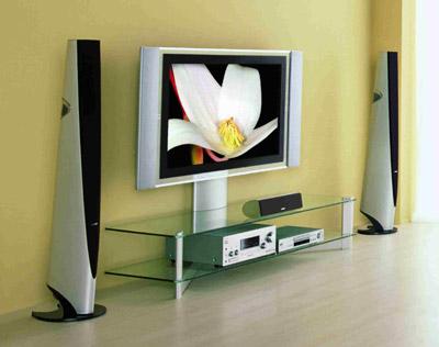 בדגמים יקרים אפשר למצוא גם מעמד שניתן לכוונון באמצעות שלט הטלוויזיה